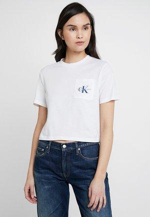 MONOGRAM CROP POCKET TEE - T-shirt con stampa - bright white