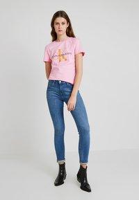 Calvin Klein Jeans - MONOGRAM DEGRADE LOGO SLIM TEE - Printtipaita - begonia pink - 1