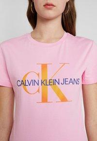 Calvin Klein Jeans - MONOGRAM DEGRADE LOGO SLIM TEE - Printtipaita - begonia pink - 4