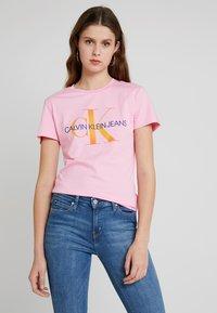 Calvin Klein Jeans - MONOGRAM DEGRADE LOGO SLIM TEE - Printtipaita - begonia pink - 0
