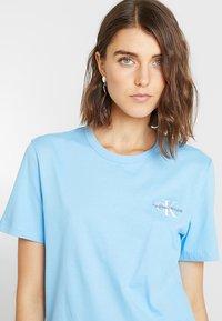 Calvin Klein Jeans - MONOGRAM STRAIGHT TEE - T-shirt con stampa - alaskan blue - 4
