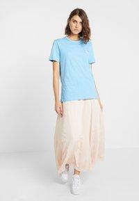 Calvin Klein Jeans - MONOGRAM STRAIGHT TEE - T-shirt con stampa - alaskan blue - 1