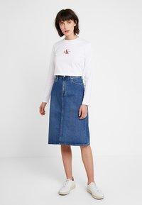 Calvin Klein Jeans - MONOGRAM EMBROIDERY LONG SLEEVE - Maglietta a manica lunga - bright white - 1
