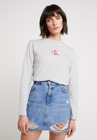 Calvin Klein Jeans - MONOGRAM EMBROIDERY LONG SLEEVE - T-shirt à manches longues - light grey heather - 0