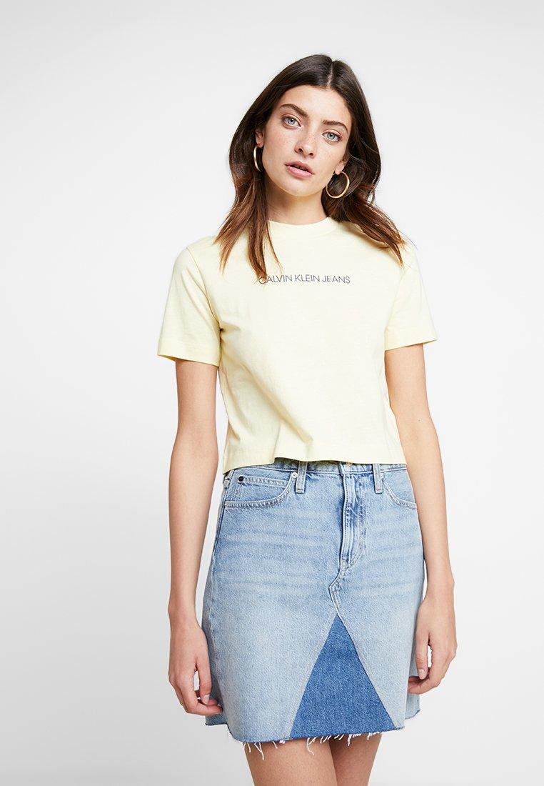 Calvin Klein Jeans - SHRUNKEN INSTIT CROP - Camiseta básica - light yellow