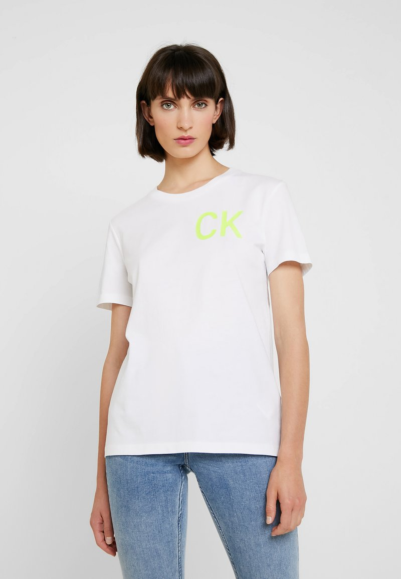 Calvin Klein Jeans - CLASSIC STRAIGHT TEE - Camiseta estampada - bright white/safety yellow