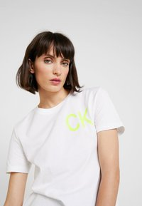 Calvin Klein Jeans - CLASSIC STRAIGHT TEE - Camiseta estampada - bright white/safety yellow - 3