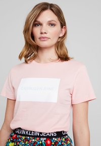 Calvin Klein Jeans - INSTITUTIONAL BOX SLIM TEE - T-shirt med print - blossom - 4