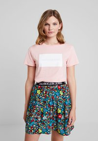 Calvin Klein Jeans - INSTITUTIONAL BOX SLIM TEE - T-shirt med print - blossom - 0