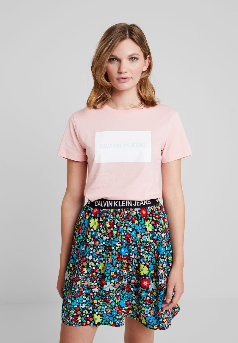 Calvin Klein Jeans - INSTITUTIONAL BOX SLIM TEE - T-shirt med print - blossom