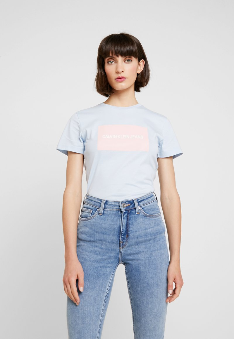 Calvin Klein Jeans - INSTITUTIONAL BOX SLIM TEE - Camiseta estampada - skyway/ blossom