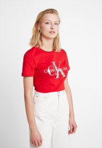 Calvin Klein Jeans - MONOGRAMSLIM TEE - Triko spotiskem - barbados cherry/soothing sea - 0