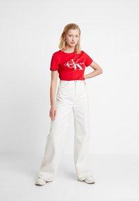 Calvin Klein Jeans - MONOGRAMSLIM TEE - Triko spotiskem - barbados cherry/soothing sea - 1