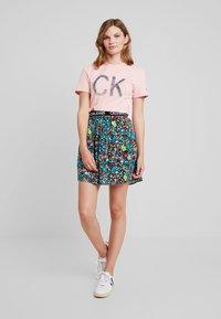 Calvin Klein Jeans - REVERSED LOGO MODERN SLIM TEE - Printtipaita - blossom - 1