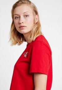 Calvin Klein Jeans - MONOGRAM EMBROIDERY CROPPED TEE - Triko spotiskem - barbados cherry/white - 3