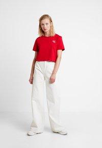 Calvin Klein Jeans - MONOGRAM EMBROIDERY CROPPED TEE - Triko spotiskem - barbados cherry/white - 1