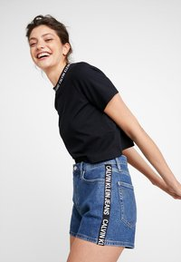 Calvin Klein Jeans - NECK LOGO MODERN STRAIGHT CROP - Print T-shirt - ck black - 0