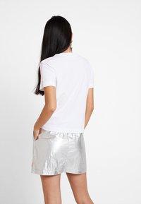 Calvin Klein Jeans - TAPE LOGO STRAIGHT TEE - T-shirt basique - bright white - 2