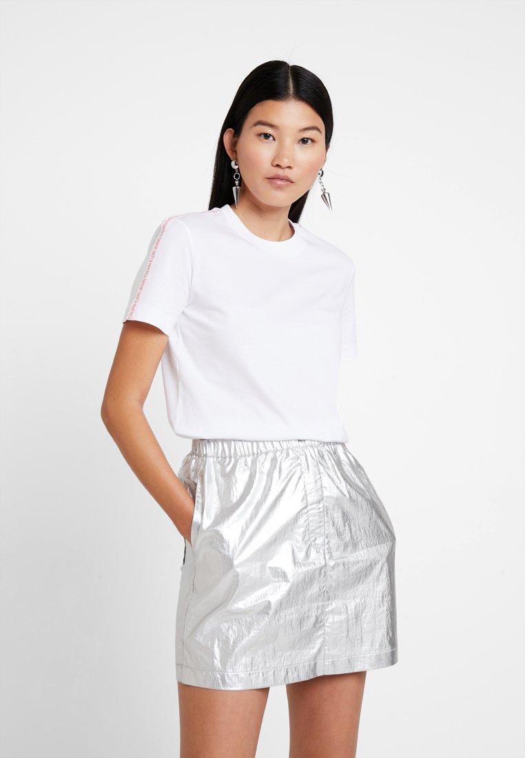 Calvin Klein Jeans - TAPE LOGO STRAIGHT TEE - T-shirts - bright white