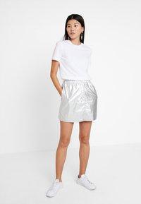Calvin Klein Jeans - TAPE LOGO STRAIGHT TEE - T-shirt basique - bright white - 1
