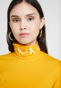 Calvin Klein Jeans - MONOGRAM TAPE ROLL NECK - Long sleeved top - lemon chrome/bright white - 4