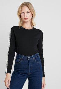 Calvin Klein Jeans - MONOGRAM TAPE STRAIGHT TEE - T-shirt à manches longues - black - 0