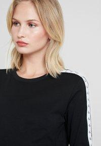 Calvin Klein Jeans - MONOGRAM TAPE STRAIGHT TEE - Camiseta de manga larga - black - 3