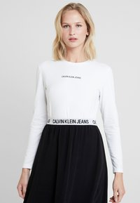 Calvin Klein Jeans - LOGO STRETCH SLIM - T-shirt à manches longues - bright white - 0