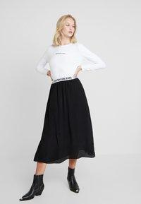 Calvin Klein Jeans - LOGO STRETCH SLIM - T-shirt à manches longues - bright white - 1