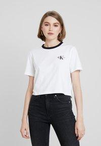 Calvin Klein Jeans - MONOGRAM EMBROIDERY RINGER TEE - Printtipaita - bright white - 0