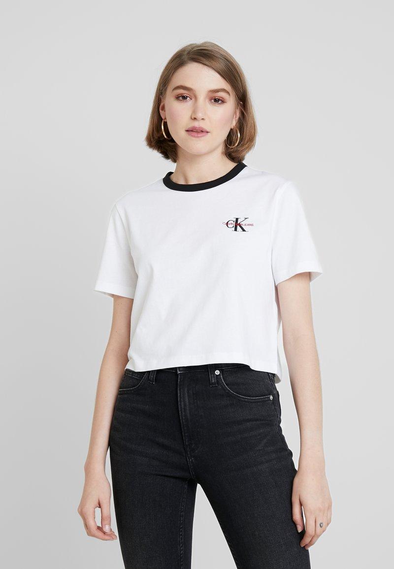 Calvin Klein Jeans - MONOGRAM EMBROIDERY RINGER TEE - Printtipaita - bright white