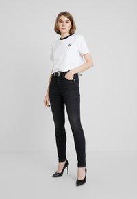 Calvin Klein Jeans - MONOGRAM EMBROIDERY RINGER TEE - Printtipaita - bright white - 1