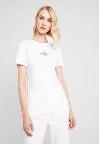 Calvin Klein Jeans - MONOGRAM SLIM RINGER TEE - Printtipaita - bright white - 0