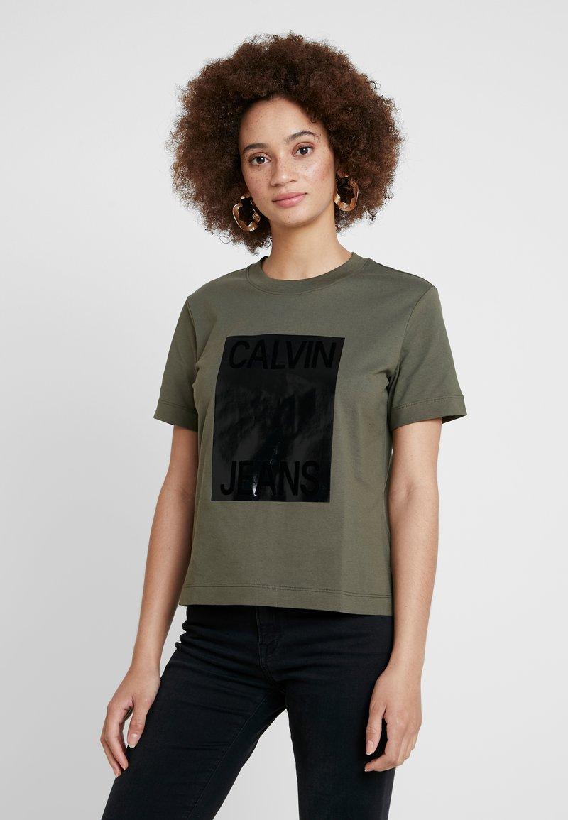 Calvin Klein Jeans - SHINY BOX STRAIGHT - Print T-shirt - grape leaf