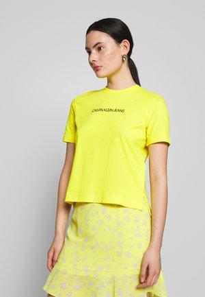 SHRUNKEN INSTITUTIONAL LOGO TEE - T-shirt imprimé - solar yellow