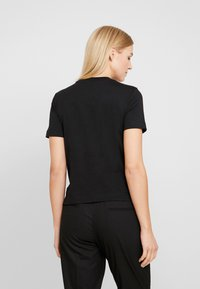 Calvin Klein Jeans - SHRUNKEN INSTITUTIONAL LOGO TEE - T-shirt z nadrukiem - black - 2