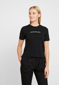 Calvin Klein Jeans - SHRUNKEN INSTITUTIONAL LOGO TEE - T-shirt z nadrukiem - black - 0