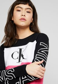 Calvin Klein Jeans - BLOCKING STATEMENT LOGO TEE - T-shirt à manches longues - raspberry sorbet - 4