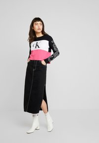 Calvin Klein Jeans - BLOCKING STATEMENT LOGO TEE - T-shirt à manches longues - raspberry sorbet - 1