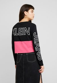 Calvin Klein Jeans - BLOCKING STATEMENT LOGO TEE - T-shirt à manches longues - raspberry sorbet - 2