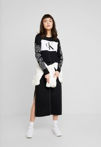 Calvin Klein Jeans - BLOCKING STATEMENT LOGO TEE - Long sleeved top - black - 1