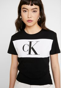 Calvin Klein Jeans - BLOCKING MONOGRAM CK TEE - T-shirt imprimé - black - 4