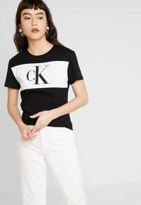 Calvin Klein Jeans - BLOCKING MONOGRAM CK TEE - T-shirt imprimé - black - 0