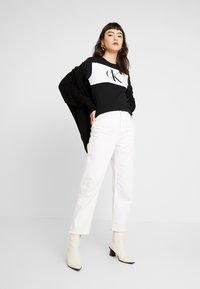 Calvin Klein Jeans - BLOCKING MONOGRAM CK TEE - T-shirt imprimé - black - 1