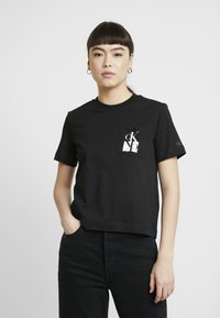 Calvin Klein Jeans - MIRRORED MONOGRAM POCKET TEE - Triko s potiskem - black - 0