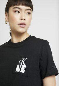 Calvin Klein Jeans - MIRRORED MONOGRAM POCKET TEE - Triko s potiskem - black - 3