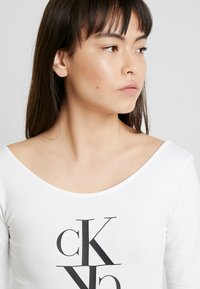 Calvin Klein Jeans - MIRRORED MONOGRAM BODY - Pitkähihainen paita - bright white - 3
