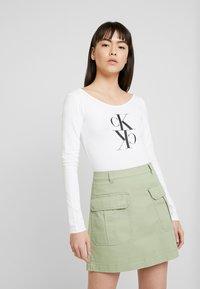 Calvin Klein Jeans - MIRRORED MONOGRAM BODY - Pitkähihainen paita - bright white - 0