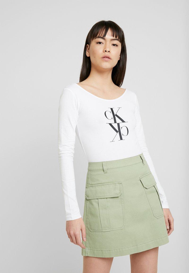 Calvin Klein Jeans - MIRRORED MONOGRAM BODY - Pitkähihainen paita - bright white