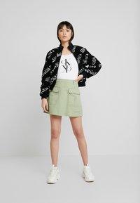 Calvin Klein Jeans - MIRRORED MONOGRAM BODY - Pitkähihainen paita - bright white - 1